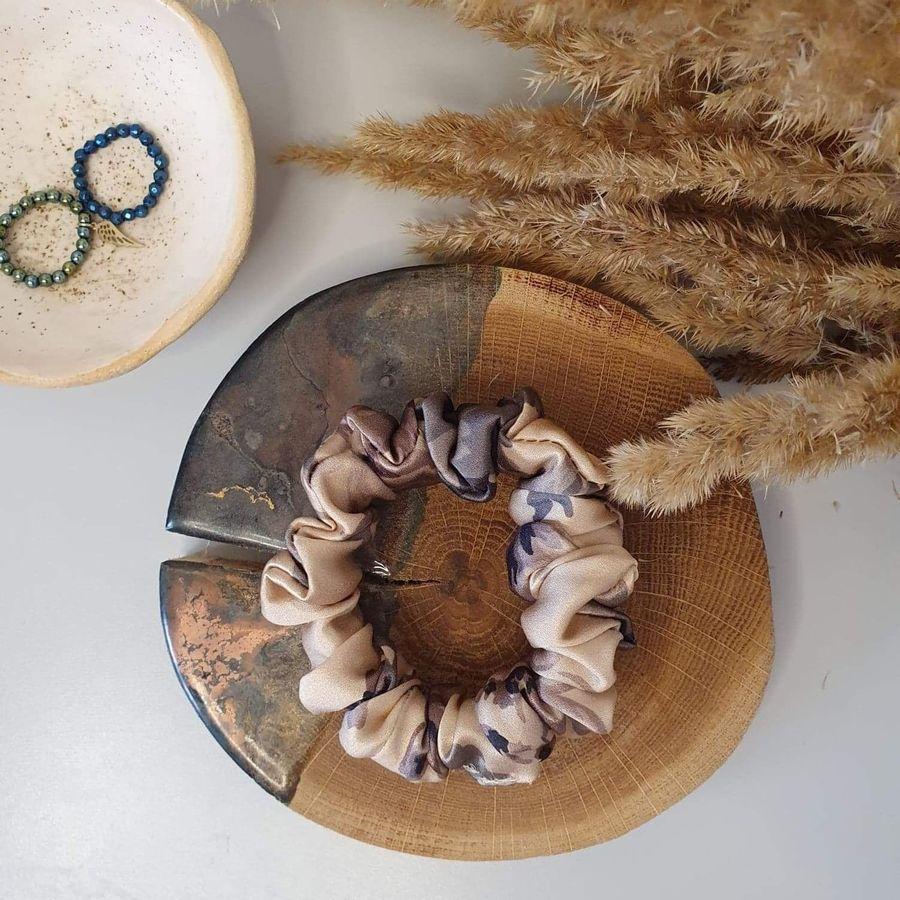 scrunchie beżowa w kwiaty1 _dostępna w degustacja.sklep